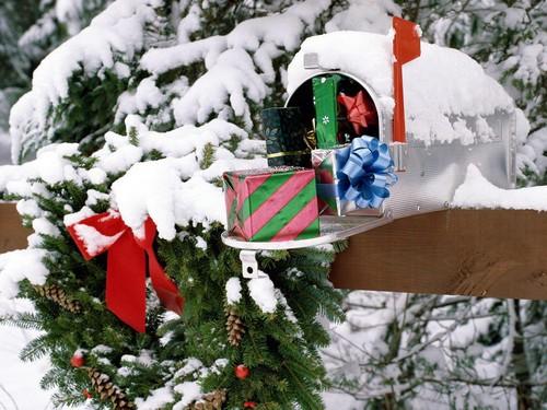 Новогоднее украшение уличного почтового ящика