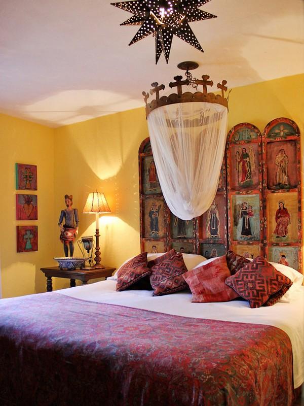 Кровать с балдахином в испанском стиле