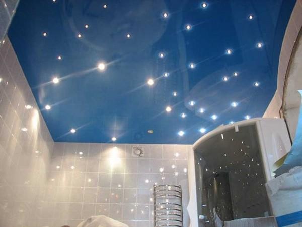 Глянцевые натяжные потолки в ванную комнату