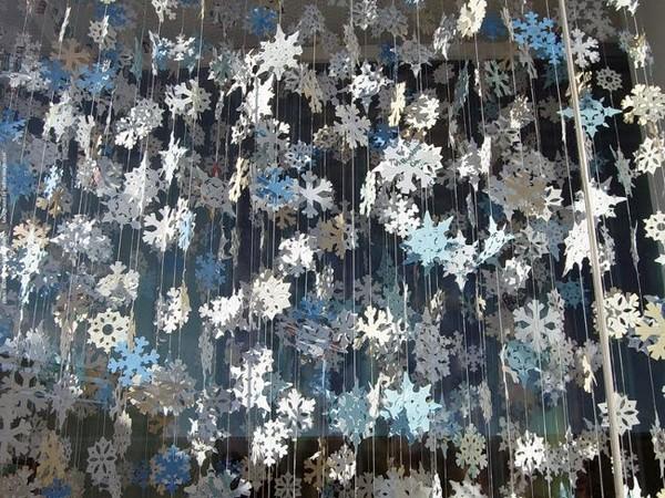 Снегопад из бумажных снежинок