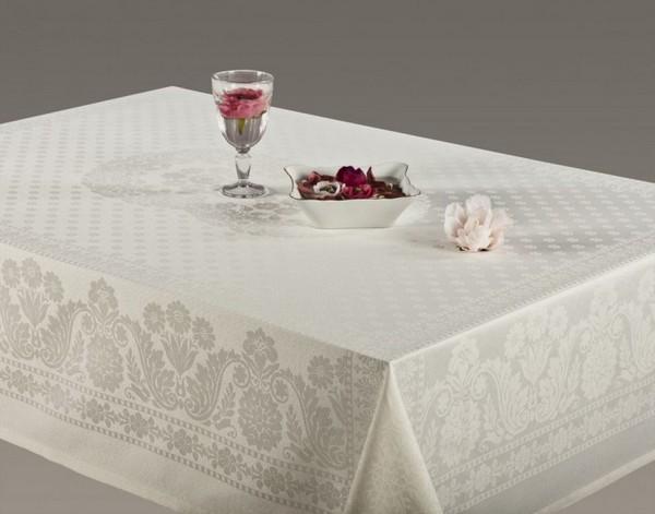 Белоснежная скатерть на обеденный стол