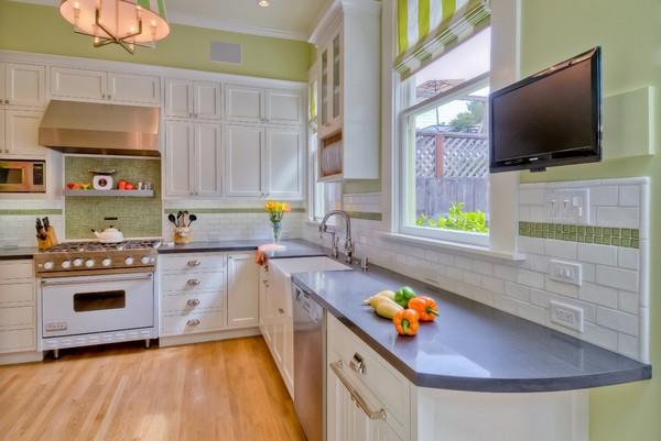 Как повесить телевизор на кухне на стену
