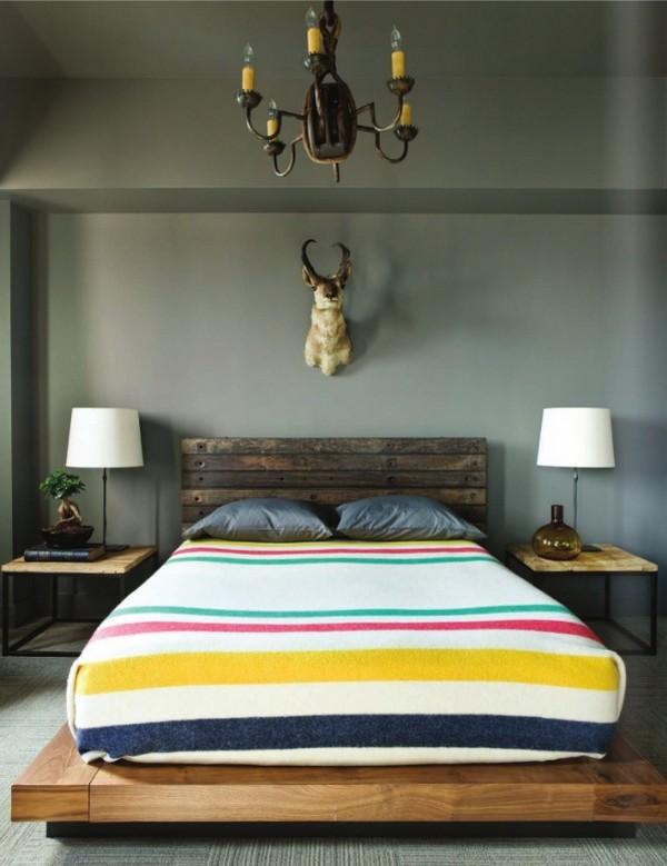 Полосатое покрывало на двуспальную кровать с подиумом