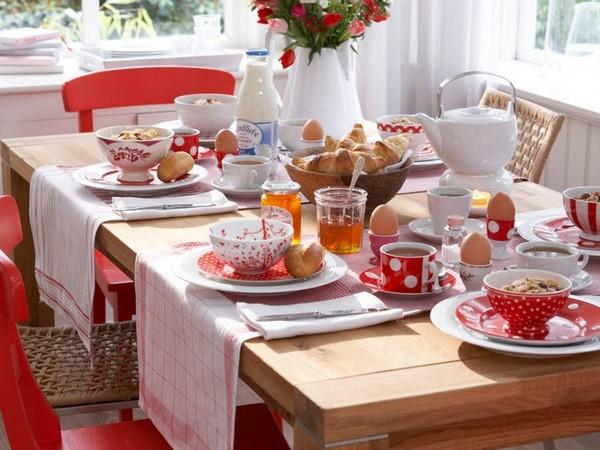 Семейный завтрак за сервированным столом