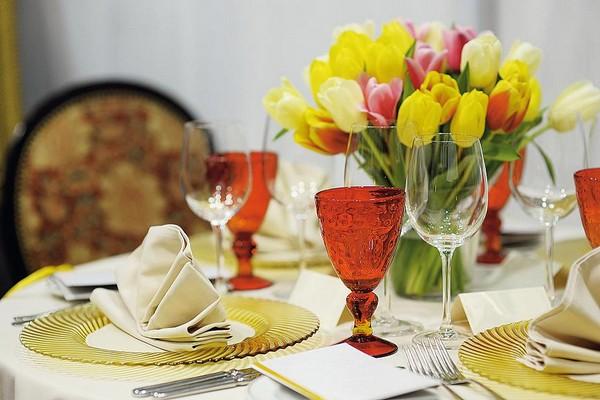 Букет цветов на столе к завтраку