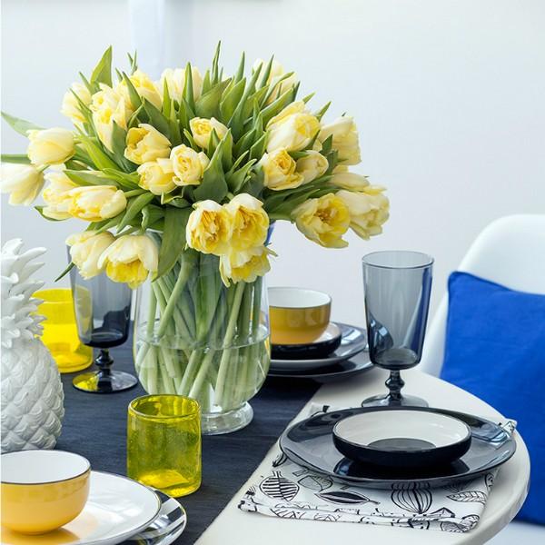 Ваза с цветами на столе к завтраку