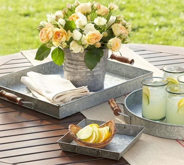 Цветы в ведерке на стол к завтраку на свежем воздухе