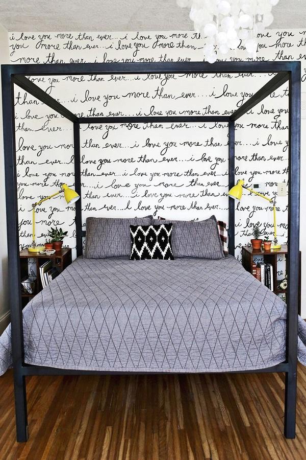 Акцентная стена в спальне с надписями