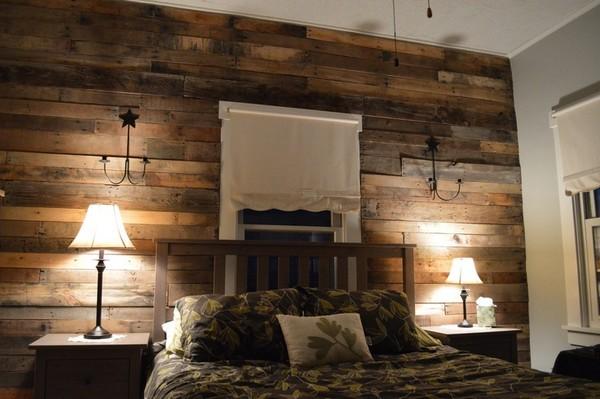 Акцентная стена из дерева за изголовьем кровати