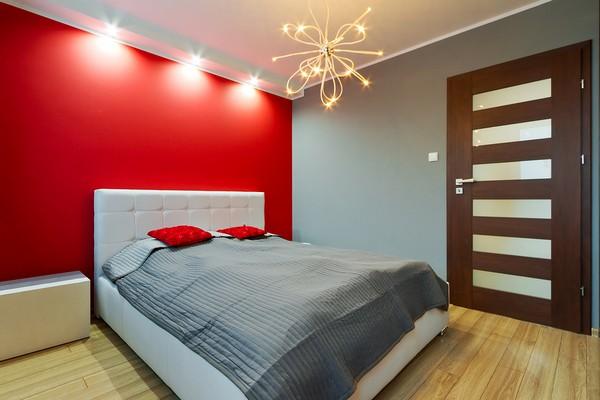 Красная акцентная стена в спальне
