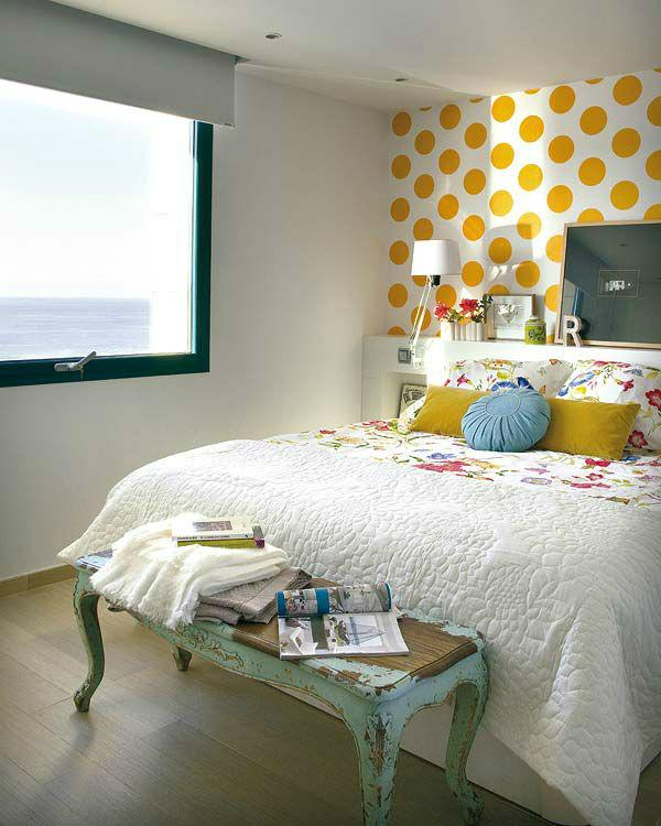 Акцентная стена в ретро-спальне фото