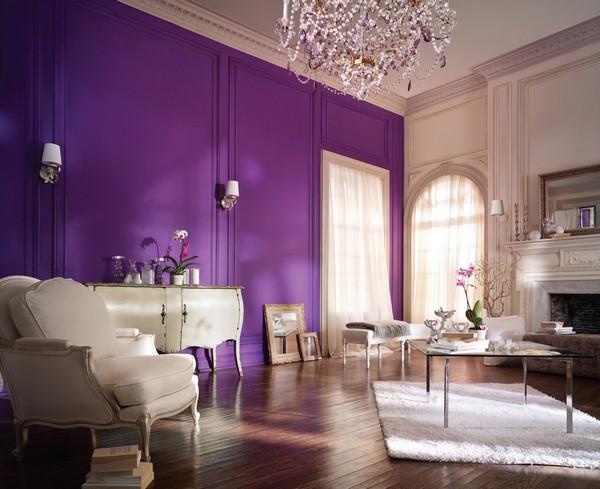 Ярко-сиреневые стены в интерьере гостиной