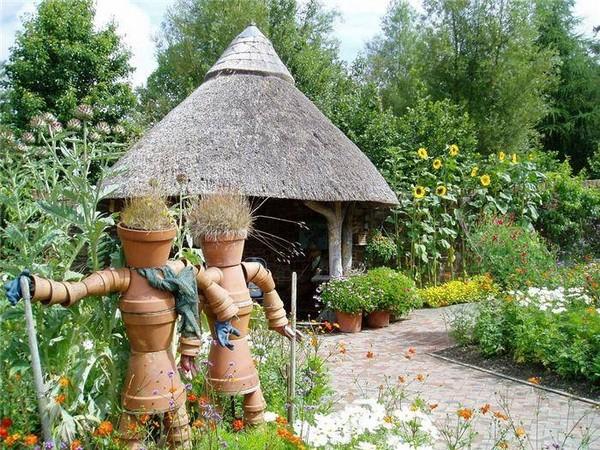 Пара орогодных пугал из цветочных горшков