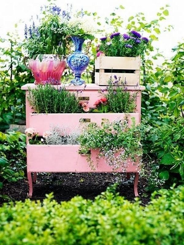 Идея для переделки старой мебели под клумбу