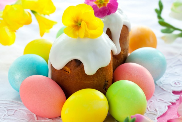 Украшение пасхального стола - куличи и яйца