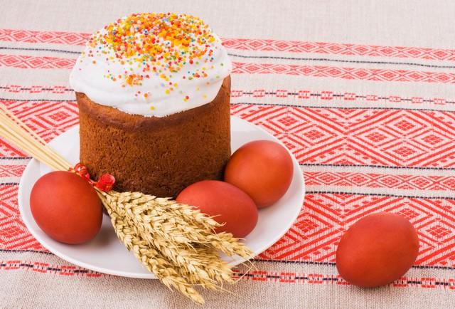 Кулич и пасхальные яйца на столе
