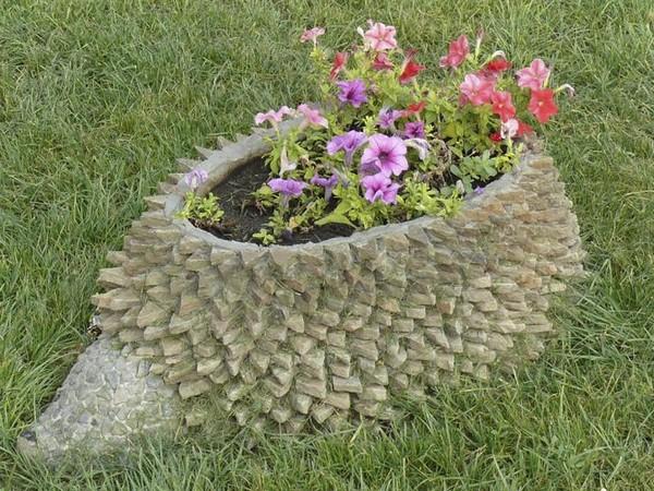 Необычные украшения для дачи и сада: клумбы из пней
