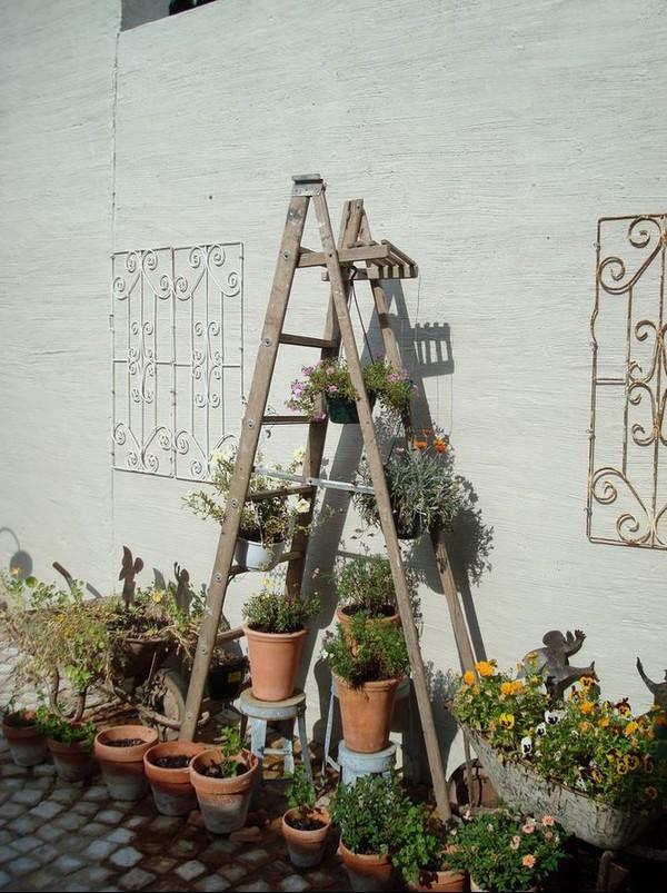 Деревянная этажерка для сада
