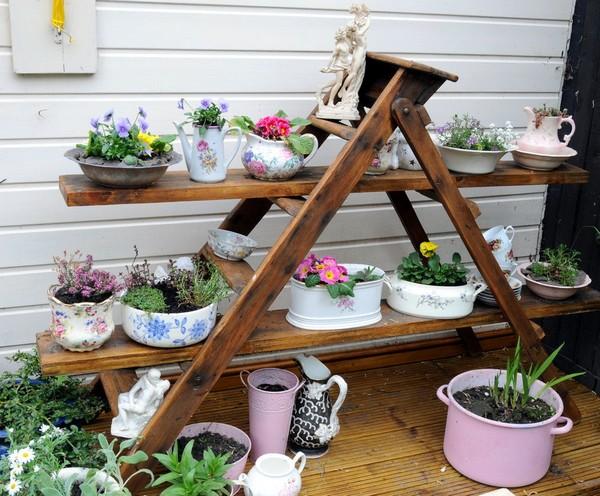 Деревянная этажерка для цветов на улице