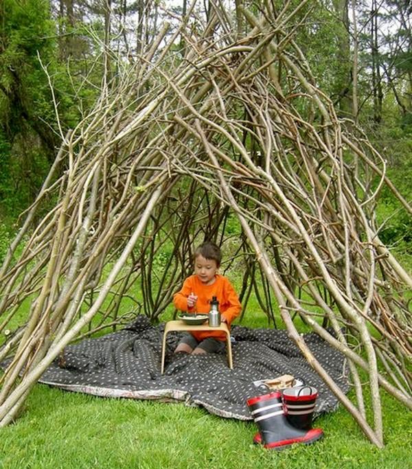 Шалаш из веток деревьев для детей