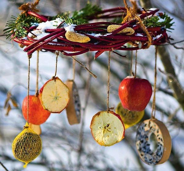 Кормушки для птиц как часть новогоднего декора