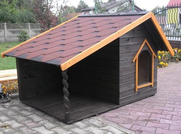 Деревянная будка с крышей фото