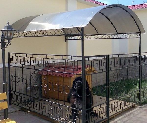 Красивый вольер для собаки с крышей
