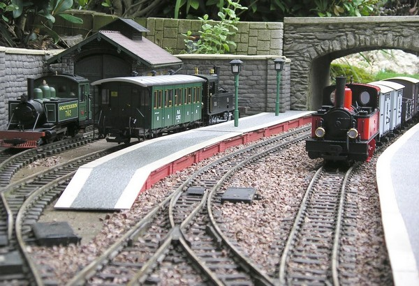 Идеи ландшафтного дизайна - железная дорога в саду
