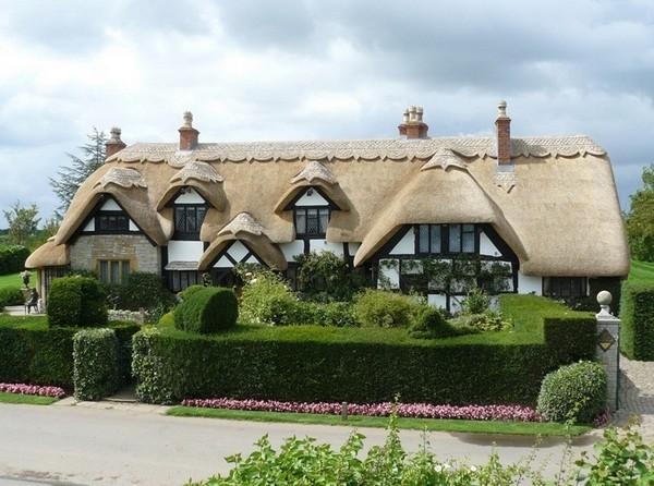 Домик с оригинальной камышовой крышей
