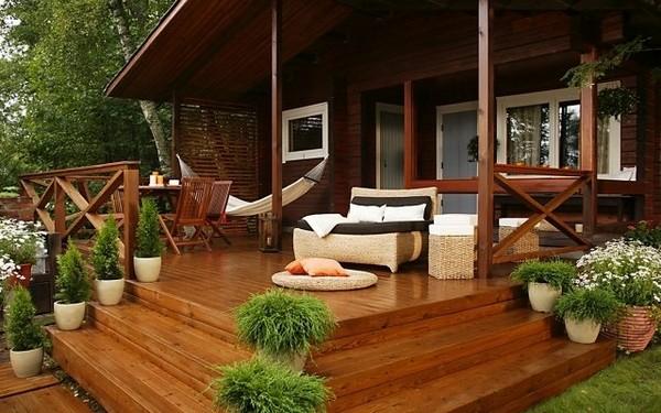 Обустройство летней террасы на крыльце дома