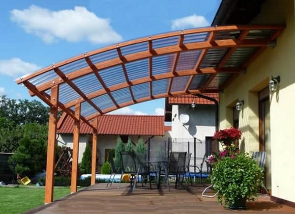 Обустройство летней террасы с крышей и мебелью