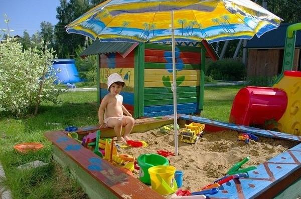 Красочная песочница для детей на даче