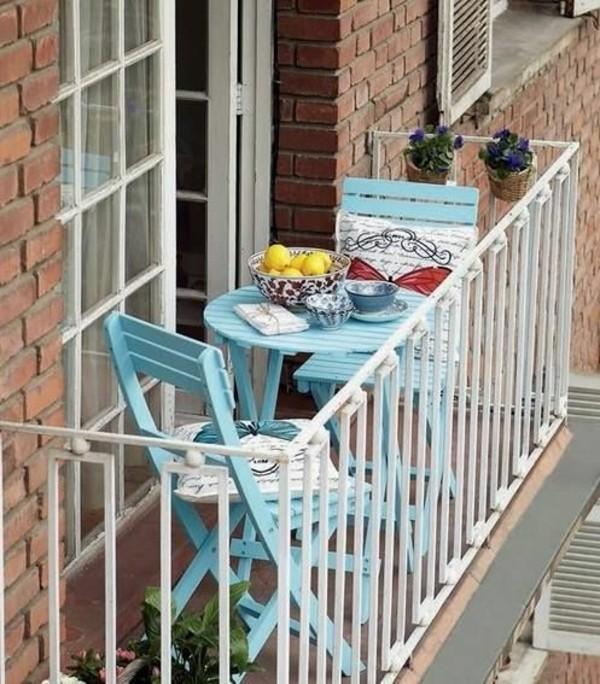 Маленький балкон с уютным уголком
