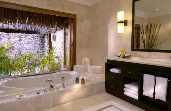 Аквариум в ванной встроенный в стену