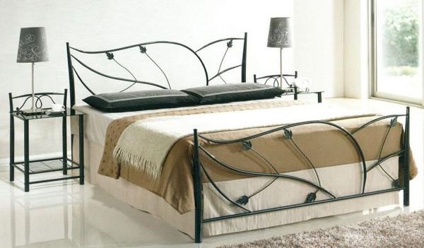 Красивая металлическая кровать в спальне