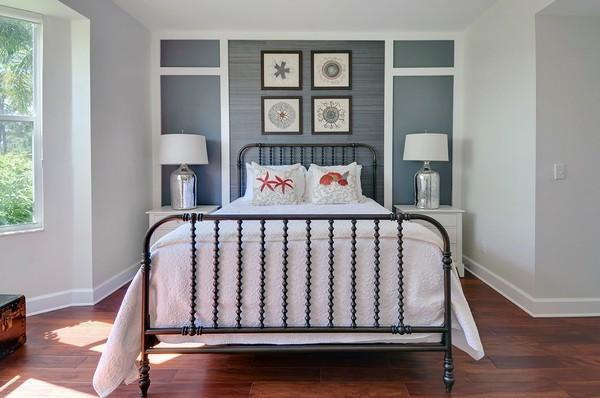 Современная металлическая кровать в спальне