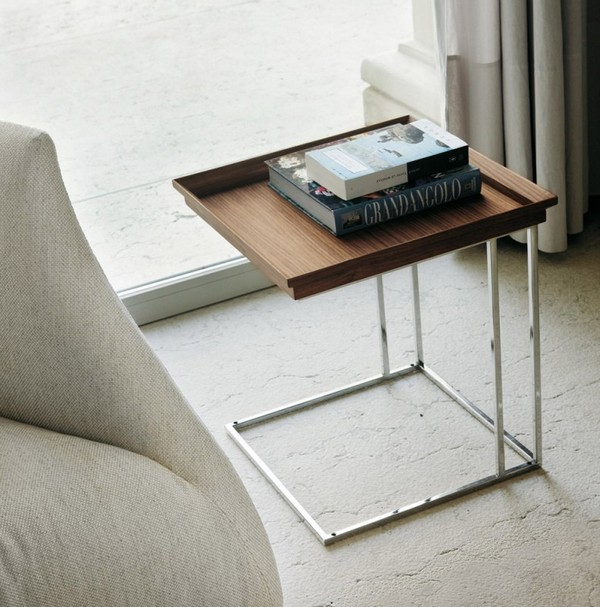 Приставной столик с деревянной столешницей