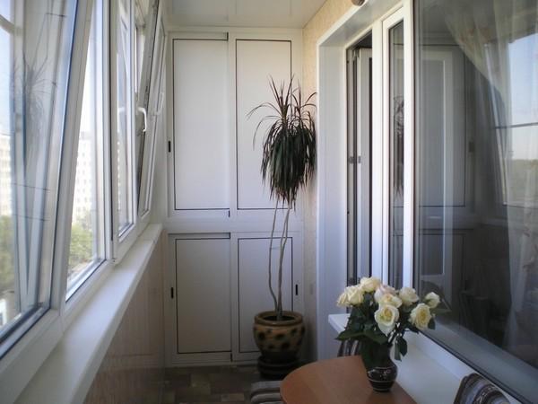 Пластиковый шкаф на балкон