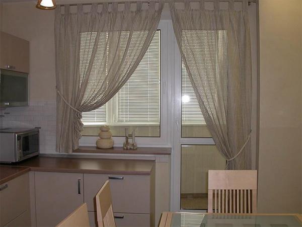 Асимметричные шторы на кухню с балконной дверью
