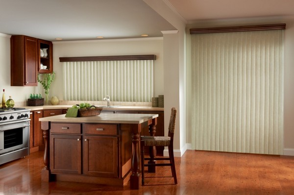 Вертикальные жалюзи на балконную дверь для кухни