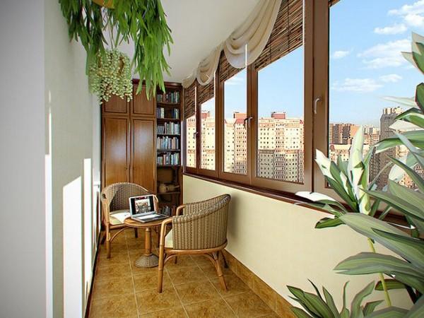 Сочетание штор и бамбуковых жалюзи на балконе