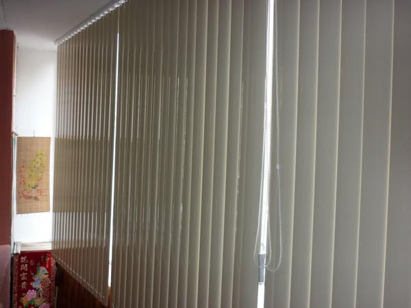 Вертикальные жалюзи на балконе в интерьере фото