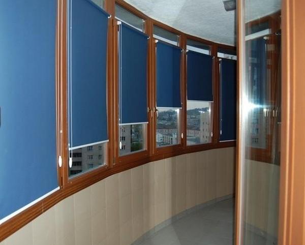 Рулонные синие жалюзи на балкон