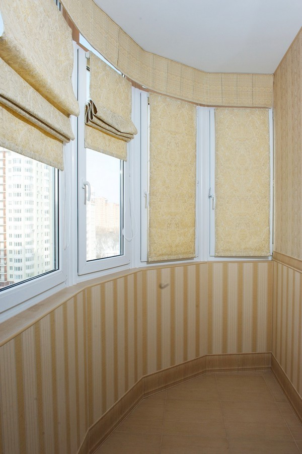 Тканевые жалюзи на балконе фото