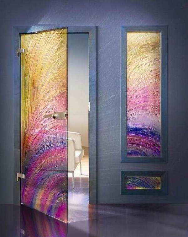 Маятниковые двери из цветного стекла