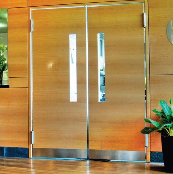 маятниковые деревянные двери
