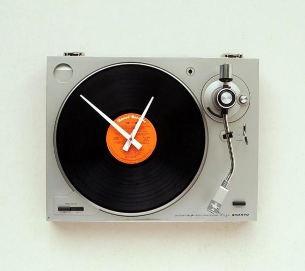 Необычные настенные часы из проигрывателя пластинок