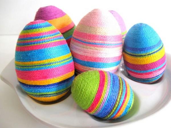 Декор пасхальных яиц из дерева разноцветными нитками