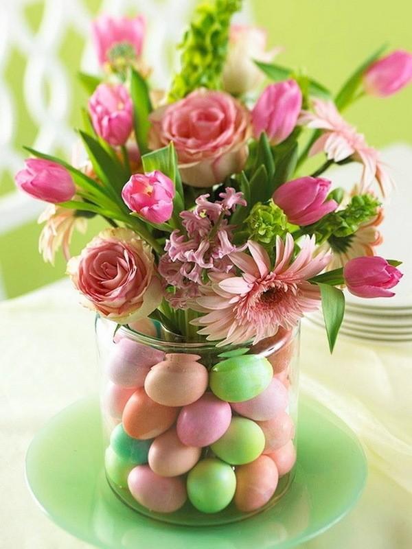 Декор в вазе с пасхальными яйцами и цветами