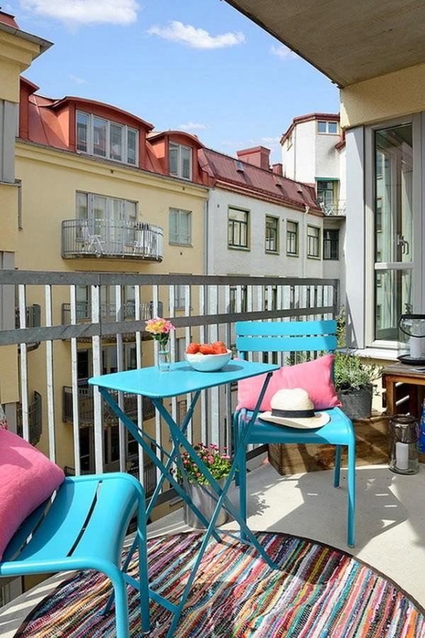 Складной столик голубого цвета для балкона